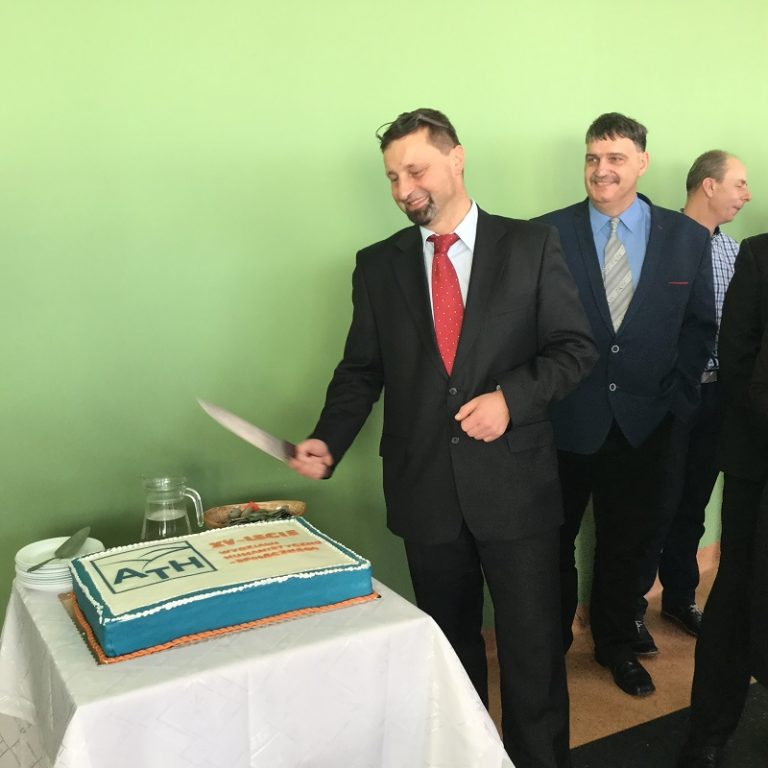 Dziekan WHS, dr hab. Marek Bernacki, prof. ATH, kroi jubileuszowy tort